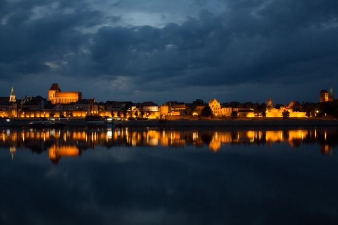 Panorámica nocturna del centro histórico de Toruń, Polonia