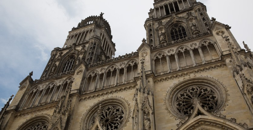 Miércoles 5 — Detalle de la imponente fachada gótica de la catedral de Orleans.