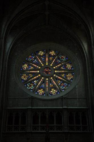 Jueves 6 — Una roseta da paso a la luz natural en la catedral de Orleans.