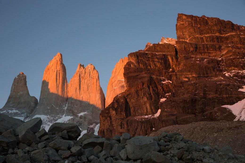 Amanecer en el mirador de la base de las Torres del Paine, Chile