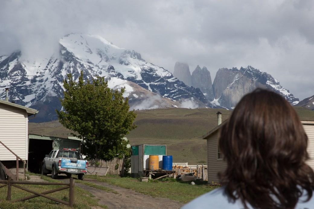 Contemplando el macizo del Paine en Laguna Amarga, Chile