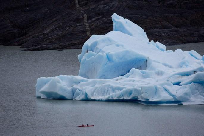 Kayak e iceberg en el lago Grey, Torres del Paine, Chile