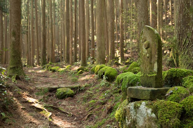 Estatua de jizo protegiendo a peregrinos den Kumano Kodo, Japón