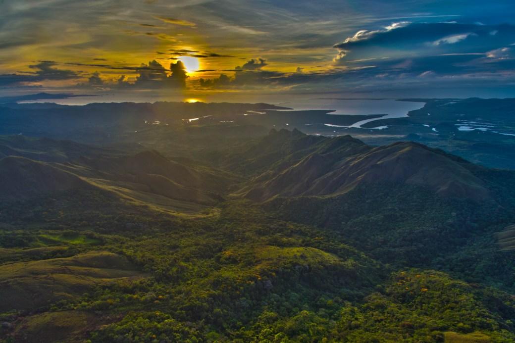 Amanecer en el mirador Caja de Agua en el parque nacional Altos de Campana, Panamá