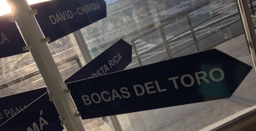 Letreros de destinos de Air Panama en el aeropuerto de Albrook, Panamá