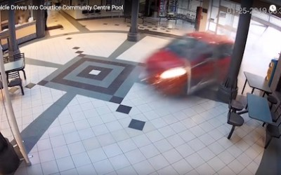 زن جوانی در شرق تورنتو با اتومبیل وارد استخر کودکان شد