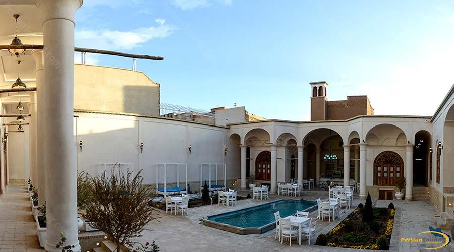 ariana-hotel-kashan-yard-1