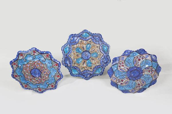 Flower shaped enamel plates