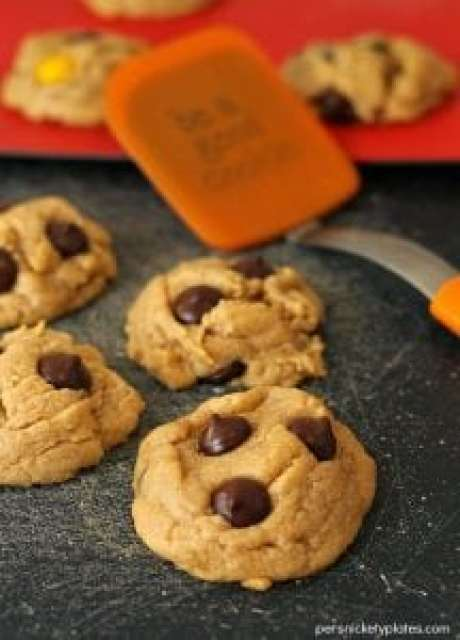 Soft Baked Peanut Butter Cookies with Dark Chocolate Chips {Persnickety Plates}