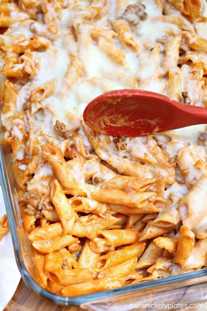 Baked Red and White Mostaccioli - only 5 ingredients in this super simple dinner! | Persnickety Plates #sp #