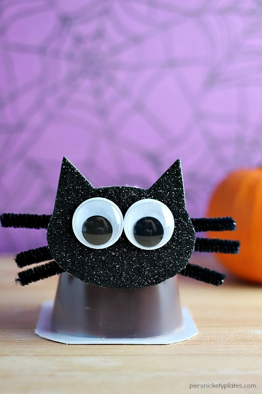Black Cat Snack Pack Pudding Cups are perfect for Halloween parties! | Persnickety Plates #MixInMonsterMash AD
