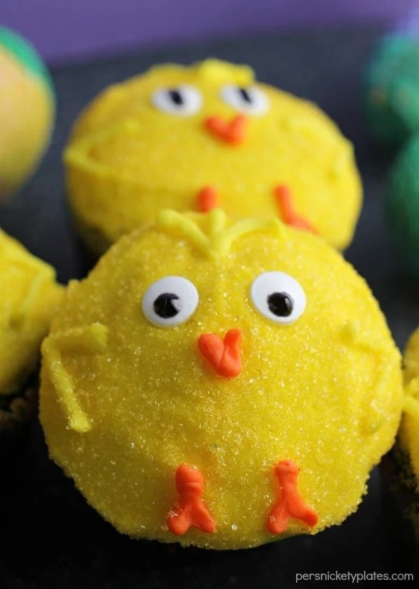 These chocolate cupcakes decorated as little spring chicks will be perfect for an Easter celebration!| Persnickety Plates AD