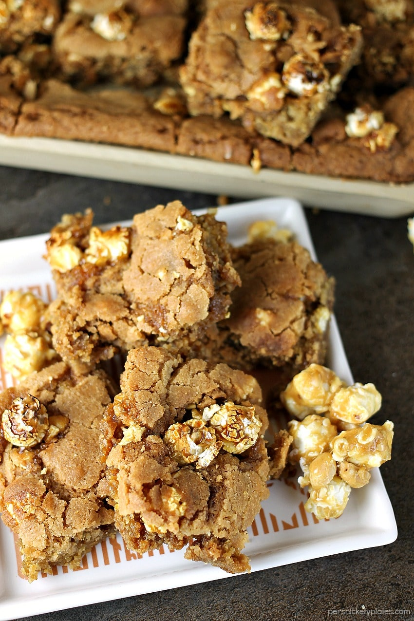 Crunch 'n Munch Cookie Bars have a soft, chewy, and buttery base with sweet & salty popcorn scattered throughout. They pair perfectly with Papa John's new pan pizza for game day or any night!   www.persnicketyplates.com