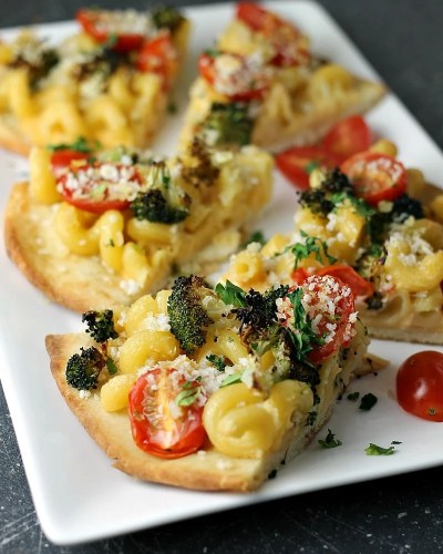 Macaroni and Cheese Flatbread topped with roasted broccoli, grape tomatoes, and panko bread crumbs makes a filling dinner or a great appetizer. | www.persnicketyplates.com