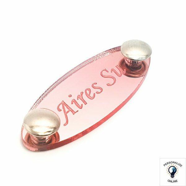 A etiqueta é feita de plástico acrílico; pesa em média três gramas; E é encontrada na loja nas cores dourado, prata e rose.