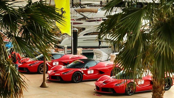 Ferrari celebra i suoi primi 25 anni negli Emirati Arabi con la Cavalcade International. IL VIDEO
