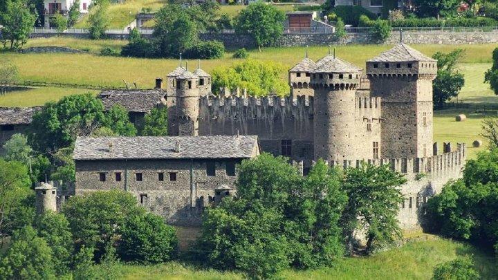 Fénis ospita uno dei castelli medioevali più belli d'Italia