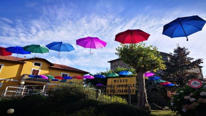 Gignese: tra ombrelli e turismo guarda il Lago Maggiore dall'alto e sorride anche se piove