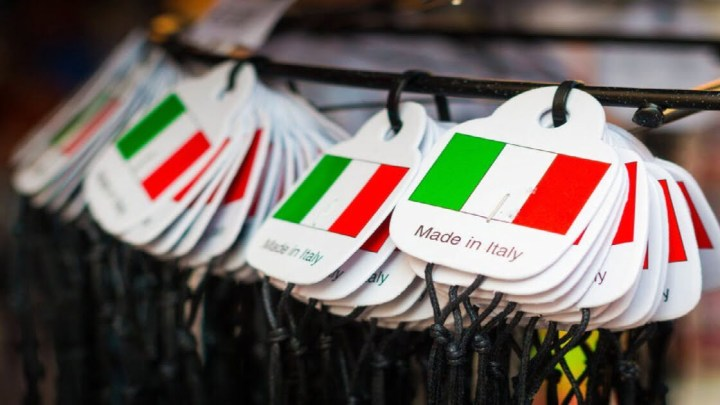 Le aziende italiane stanno riconvertendo la produzione per realizzare mascherine, camici e altri dispositivi utili