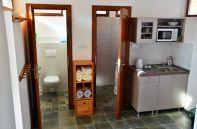 Die Küche, das Badezimmer und die Toilette im Obergeschoss