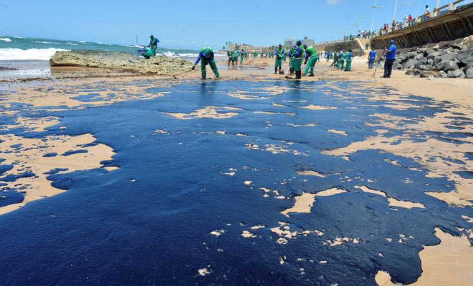 Oil spill on the Northeast and Southeast coast of Brazil