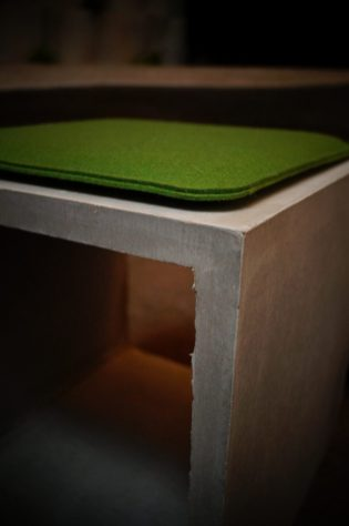 Würfel zum Sitzen mit grünem Filz.