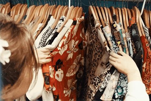 服を吟味する女性