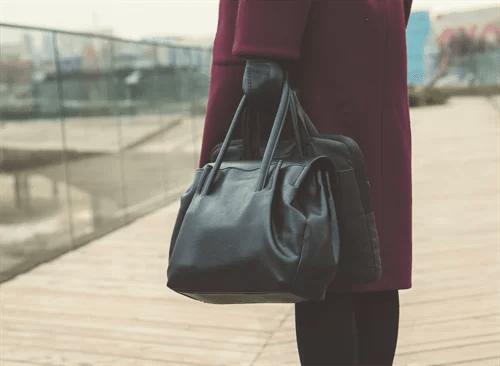ボストンバッグを持つ女性
