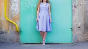 ラベンダーカラーのドレスを着た女性