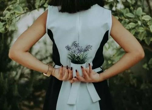 ノースリーブのドレスの女性