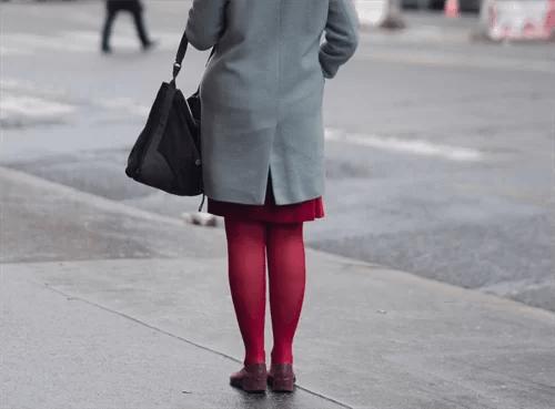 タイツにスカートをはいた女性