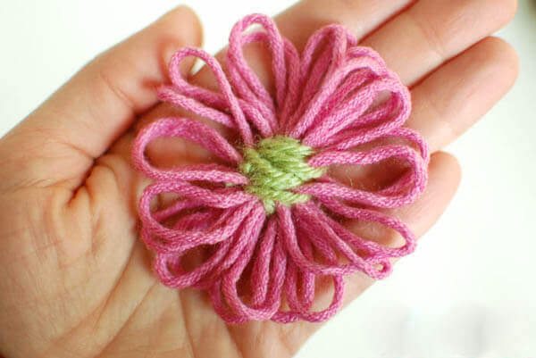 How to Make Loom Flowers | www.petalstopicots.com | #yarn #crafts #loom #flower #diy