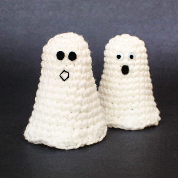 Halloween Ghost Crochet Pattern | www.petalstopicots.com