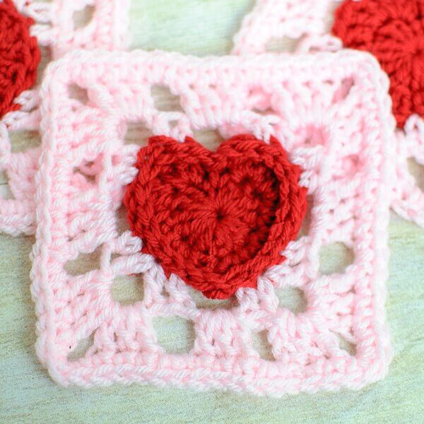 Heart granny square crochet pattern   www.petalstopicots.com   #crochet