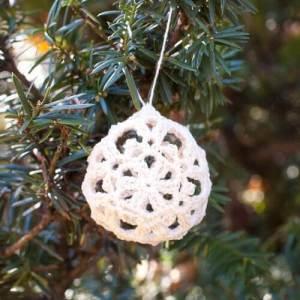 Free Crochet Christmas Ornament Patterns | www.petalstopicots.com | #crochet #lace #Christmas #ornaments