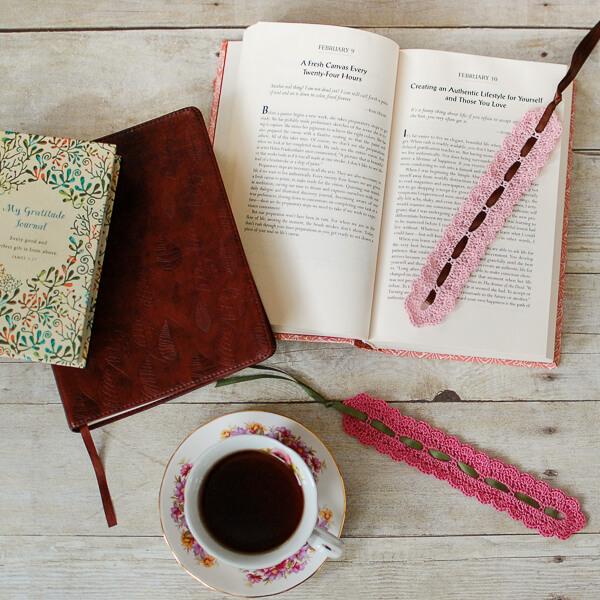 Pretty Lace Crochet Bookmark Pattern | www.petalstopicots.com | #crochet #pattern #lace #bookmark