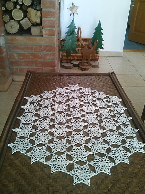 Snowflake Table Runner Crochet Pattern | www.petalstopicots.com | #crochet