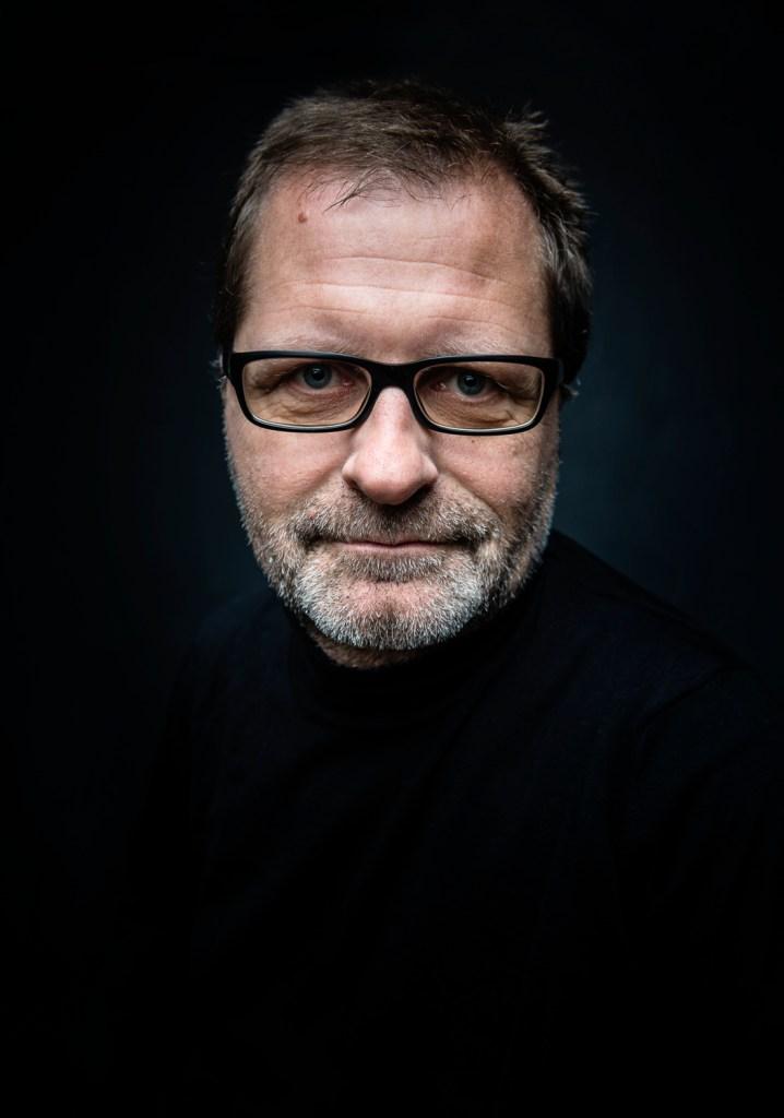 """Das Portrait vor schwarzem Grund ist besonders durch den Artikel """"Leise Töne braucht die Welt"""" in der Zeitschrift """"Cicero"""" bekannt geworden (2013)</br>Foto: Norbert Artner"""