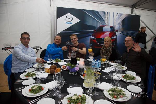 Német csapat, 2 Mazda értékesítő, egy IT-s, egy T-mobil értékesítő és egy Apple értékesítő