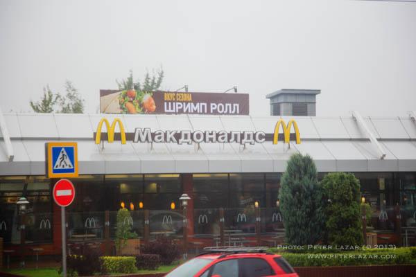 McDonald's, a McDrive-ot Makavto-nak nevezik. Mivel minden idegen név fonetikus átírással kerül át cirilbe ezért jól ejtik a neveket