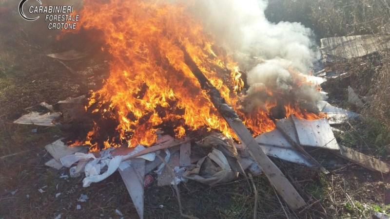 Sorpresi nel distruggere rifiuti speciali: I Carabinieri hanno denunciato un imprenditore e due operai