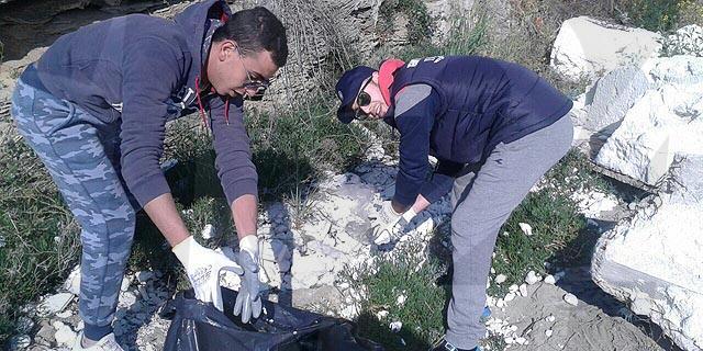 Ripulita da alcuni volontari la scogliera di Le Castella