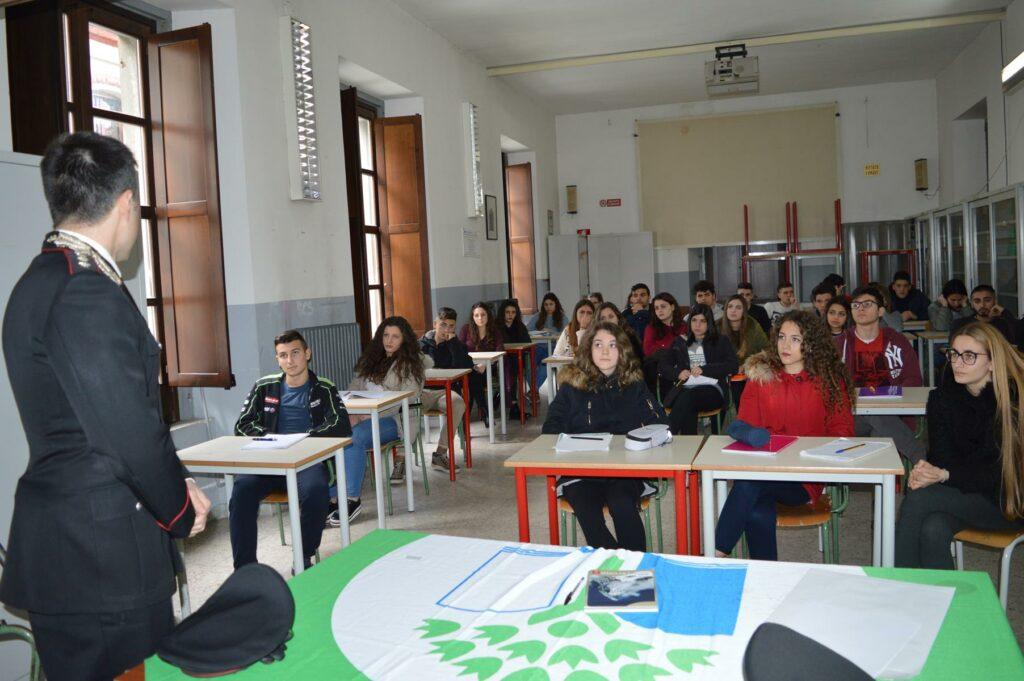 Al liceo petilino educazione ambientale con il Reparto Carabinieri Biodiversità
