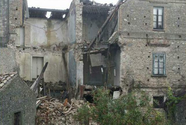 Crolla la facciata di un antico palazzo nel centro storico di Cotronei