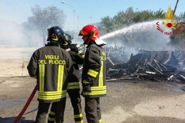 Incendio di sterpaglie si propaga in azienda a Rocca di Neto