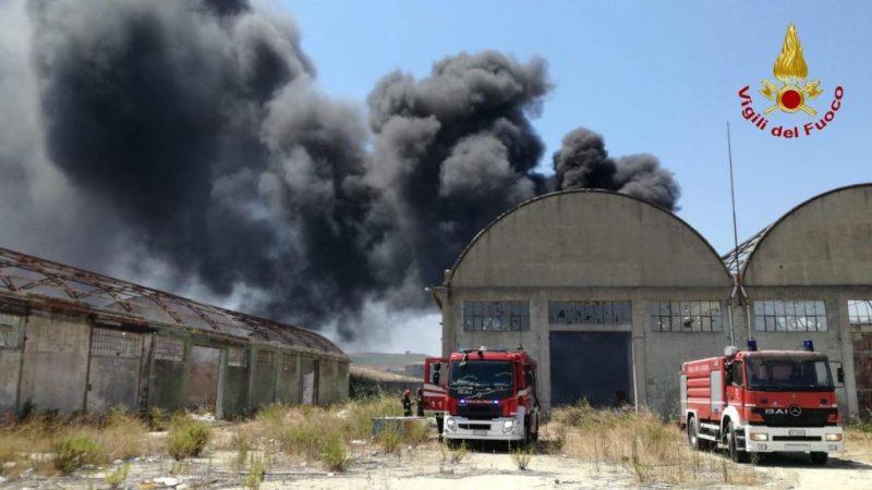 Incendio in una discarica di gomme a Crotone, intervento dei vigili