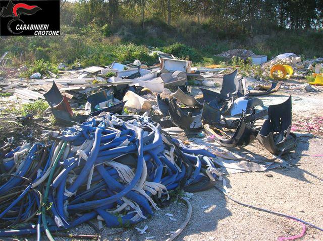 I Carabinieri forestali denunciano un gestore di una carrozzeria per abbandono di rifiuti speciali