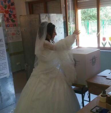 Va a votare in abito bianco nel giorno del suo matrimonio