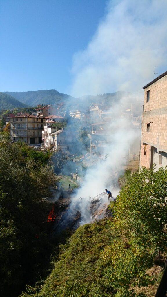 Incendio in una scarpata in via Chiatri