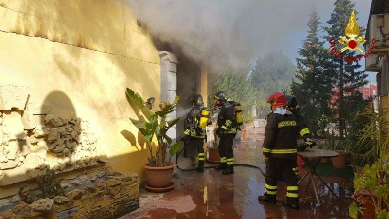 Incendio in un'abitazione a Crotone